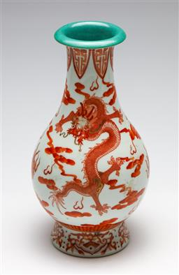 Sale 9253 - Lot 247 - A red and white Chinese vase with dragon decoration (H:26.5cm)
