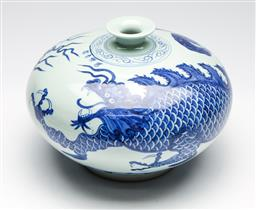 Sale 9253 - Lot 285 - A squat shaped blue and white Chinese vase featuring dragons (H:20cm Dia:27cm)