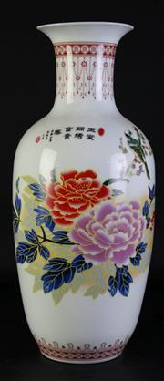 Sale 8996 - Lot 1008 - Porcelain Chinese Baluster Vase Featuring Flowers (H: 45cm)