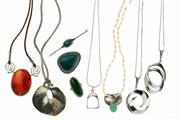 Sale 8426 - Lot 504 - SILVER JEWELLERY; omphacite ring (J), malachite brooch, eilat pendant brooch, chrysoprase and pearl necklace, agate and white stone...