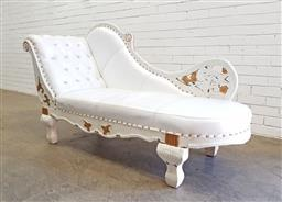 Sale 9134 - Lot 1564 - Reproduction chaise in white leather (h:100 x w:168 x d:63cm)