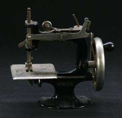 Sale 7907 - Lot 64 - Singer Toy Sewing Machine (Height -15cm)
