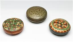 Sale 9209V - Lot 74 - A matched pair of lidded Chinese ceramic dishes (Dia 10cm & 11cm)