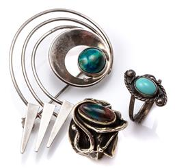 Sale 9124 - Lot 322 - SILVER STONE SET BROOCH AND RINGS; modernist brooch centring a cabochon eliat stone made in Israel, length 58mm, and 2 handmade ring...