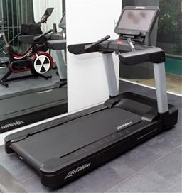 Sale 9150H - Lot 73 - A Life fitness treadmill with smart screen,  FlexDeck, shock absorption system, serial number NDT106225, Height 158cm