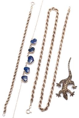 Sale 9156J - Lot 546 - FOUR ITEMS OF SILVER JEWELLERY; a gecko brooch, length 65mm, a rope chain and bracelet with bolt ring clasps, 51 & 18cm and a neckla...