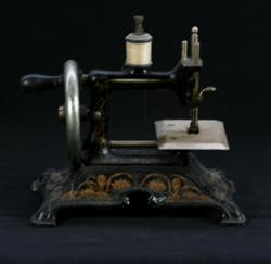 Sale 7907 - Lot 70 - Cast Iron Childs Sewing Machine (Height - 20cm)
