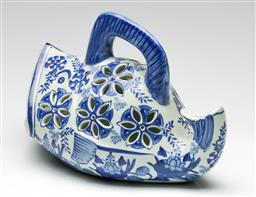Sale 9190 - Lot 32 - A blue and white Chinese fish form food carrier (L:27cm)