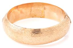 Sale 9140 - Lot 354 - AN AUSTRALIAN ANTIQUE 15CT GOLD HINGED BANGLE; 20mm wide half round bangle top with fine scroll and leaf engraving, bottom section d...